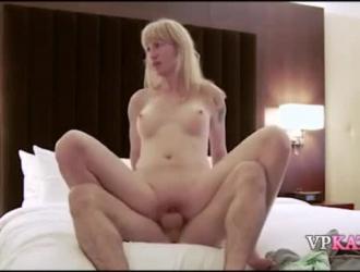 ذهبت ربة المنزل اللطيفة إلى منزل جارها الجديد ومارست معه الجنس في السرير
