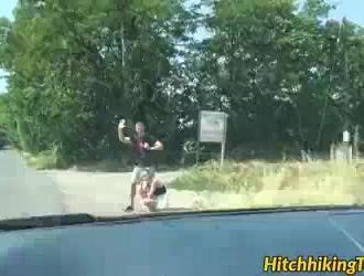 الحلو امرأة سمراء فاتنة الحصول على مسمر على دراجة في الهواء الطلق