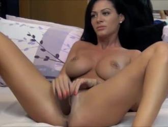 امرأة سمراء رائع مع كبير الثدي في مزاج لممارسة الجنس طوال اليوم