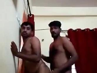 الرجال مثلي الجنس قرنية مع أباريق كبيرة ضخ على بعضهم البعض الديك