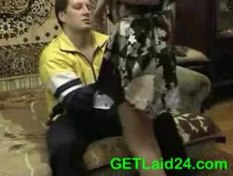 عاطفي جبهة مورو في فستان زهري ركوب ديك مع الارتياح ، على الأريكة