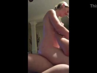 إغراء امرأة شقراء مارس الجنس من الخلف من قبل ابنه خطوة