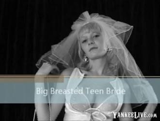 بولك العروس ذات البشرة الداكنة تمتص الديك الشاب