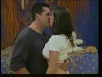 تقوم امرأة سمراء في سن المراهقة الشاحبة بفرك البظر برفق بينما تقوم زميلتها في الغرفة بحفر بوسها المبلل