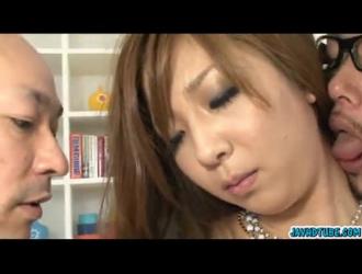 الفرخ الياباني الصغير يسيل لعابه أثناء مص زب ضخم غريب قرنية مثل الفاسقة