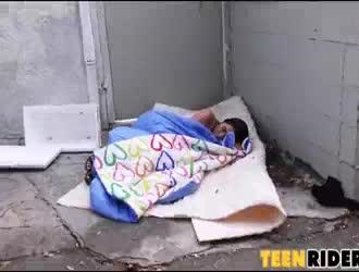 المراهقة الشقراء المرحة تتعرض للاستغلال من قبل رجل مسن في غرفة معيشتها