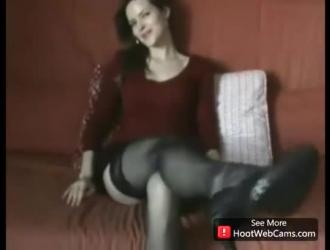 امرأة سمراء مثيرة إغاظة وإرضاء اثنين من الديكة السوداء الضخمة