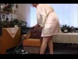 ربة منزل شقية ترتدي حذاء أسود بكعب عالٍ بينما تمص قضيب زوجها الضخم