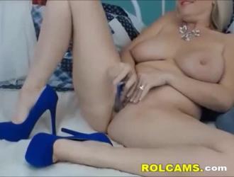 جبهة مورو شقراء مثيرة في جوارب سوداء تحب ممارسة الجنس مع رجل لديه أداة ضخمة