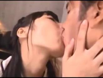 فتاة يابانية تتعرض للخبط في غرفة معيشتها أمام صديقها في نفس الوقت