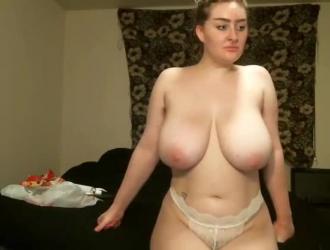 شقراء في سن المراهقة مع الثدي لطيفة حريصة على خلع حمالة صدرها الضفيرة وتظهر الحمار