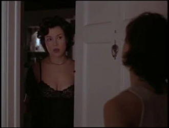 سيدة شقراء ساخنة مع وشم ، تخلع السيدة سونيا ببطء ملابسها الداخلية الوردية وتستمني