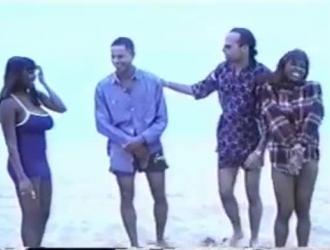 سيمون لين وكريس كريس يستحمون