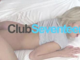 شقراء ضئيلة مارس الجنس من قبل ديك أسود كبير على السرير