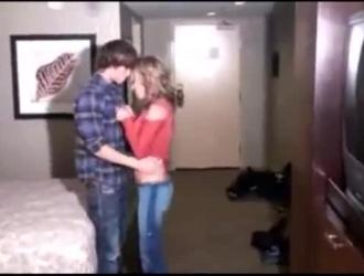الجبهة الساخنة باللون الأحمر ، الشعر الوردي تمارس الجنس مع عشيقها في غرفة الفندق