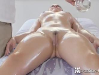 امرأة سمراء نحيفة في وضع هزلي والحصول على مارس الجنس من الصعب ، كما لم يحدث من قبل