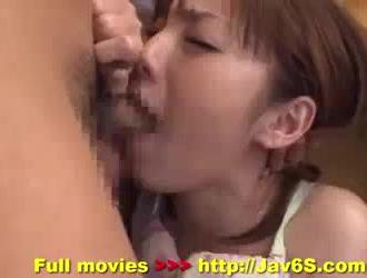 امرأة سمراء آسيوية جميلة تحصل على مجموعة ثلاثية مشبعة بالبخار مع رجلين من شقتها ، بينما هم يمارسون الحب