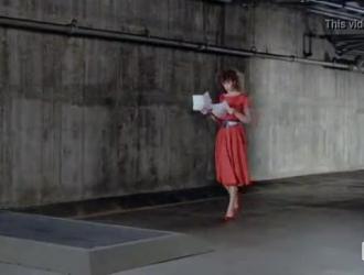 امرأة ذات شعر أحمر راكعة وتمتص قضيب عشيقها ، بينما هم في الفناء الخلفي