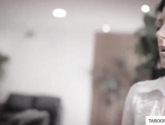 امرأة سمراء جبهة مورو مع كبير الثدي أصبحت عارية وتحفيزها أمام عشيقها ، في شقة ضخمة