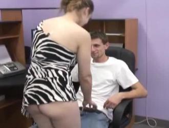 الفتاة تحتاج إلى صديقها ليمارس الجنس معها بشدة حتى تقوم بممارسة الجنس معها