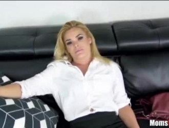 تعمل امرأة سمراء الساخنة في مستشفى محلي وغالبًا ما تمارس الجنس مع أحد مرضاها