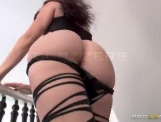 قررت الزوجة المثيرة ماندي موسى وزوجها المقرن ممارسة الجنس في غرفة معيشتها