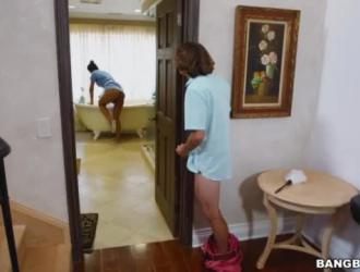 أمي خطوة مفلس وابنتها خطوة عارية وقرنية بما يكفي لتجربة بعض الألعاب الجنسية