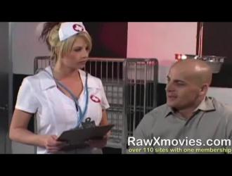 شقي شقراء ممرضة مص المريض