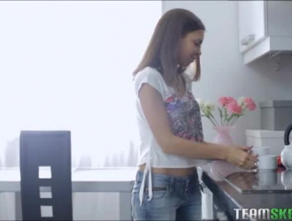 مراهقة روسية مرحة الصدر مرتدية مشد أسود ، تحب ليزا آن أن تمتص الديوك الضخمة كل يوم