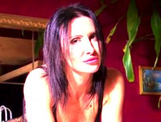 امرأة سمراء نردي ، تحصل جوانا أنجل على جرعتها اليومية من اللعنة ، من زميلتها في الغرفة الجديدة