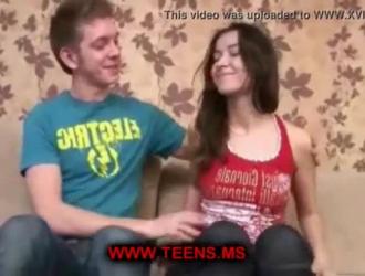 المراهقة الحلوة تمتص قضيبًا صعبًا لرجل شاب ، بينما تقوم بفرك بوسها المبلل