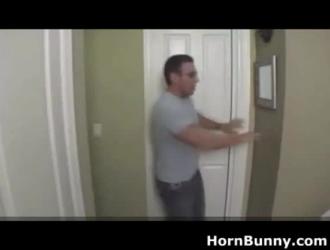 ابن يدخل الحمام وينيك امه
