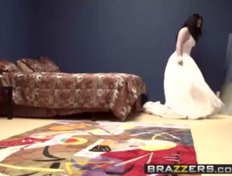 العروس الساخنة مع كس محلوق هو وجود أول العربدة في الهواء الطلق لها مع العديد من الأصدقاء