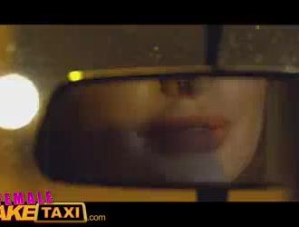 سائق سيارة أجرة قرنية يمارس الجنس مع كتكوت ساخن على ظهر السيارة