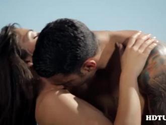 امرأة شقراء رائعة المظهر ، جوليا أورتيجا تضغط على ثديها الكبيرة بينما تمارس الجنس بقوة