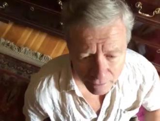 بعد تناول بعض المشروبات في غرفة نومها ، تمارس فتاة ساخنة الجنس مع رئيسها في غرفة المعيشة