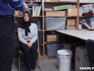 إيلا نوكس هي امرأة سمراء عاهرة تحب أن تمارس الجنس ، حتى أثناء عمل صديقها