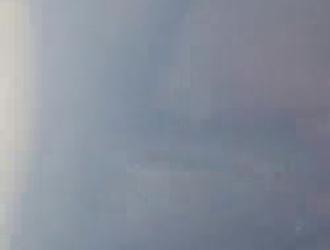 امرأة ناضجة ومدهونة ترتدي رداء من الساتان أثناء الاستعداد لجلسة جنسية شرجية مشبعة بالبخار