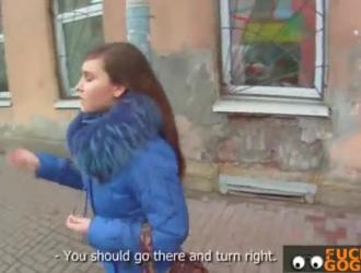 امرأة سمراء التشيكية مع الثدي الصغيرة يلعب مع القضيب
