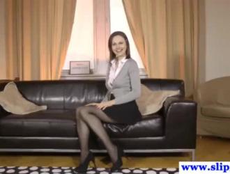 امرأة راقية في حذاء بكعب عالٍ تتعرض للاستغلال في المطبخ ، أثناء ممارسة الجنس عبر الهاتف