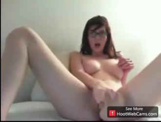 فتاة نردي ترتدي نظارات تحب الجنس بالإضافة إلى لقطات مقربة لطيفة لشق حلقها تمامًا