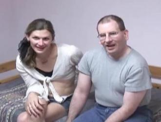 رجل مارس الجنس مع فتاة صغيرة ثم حصل على شاعر لطيف في حمامه الضخم