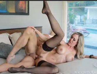 براندي لوف هي تلميذة غريبة تحب إجراء جلسات جنسية غير رسمية مع المدير