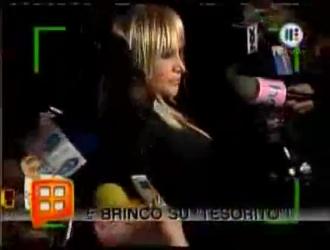 لورا فيرارا راكعة على الأرض وتمتص قضيب زوجها قبل أن تمارس الجنس