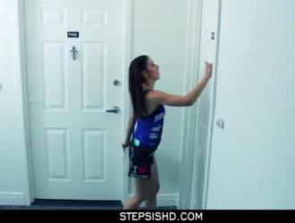 امرأة سمراء عارية وذيل الضفيرة ترتد لأعلى ولأسفل بينما تمارس الجنس مع صديق صديقها المقرب على الأريكة