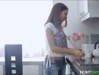 الشباب في سن المراهقة الروسية إغاظة على يدها
