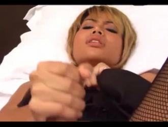 بعد أن كانت تفرك بوسها بهزاز ، حصلت سيدة شقراء مثيرة مارس الجنس بقوة