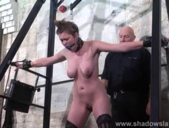 تئن مالي هارتس بينما تتعرض للطرق وتتناول كميات كبيرة من نائب الرئيس الطازج في النهاية