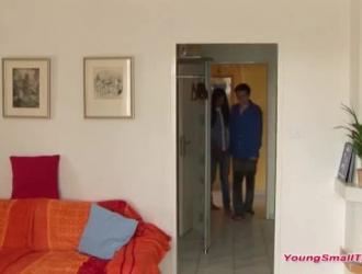 الفتيات الجميلات على استعداد لممارسة الحب مع بعضهن البعض في غرفة المعيشة