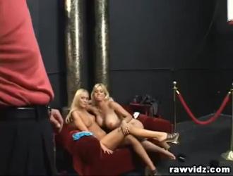 الفتيات الشقراوات والرجل الذي يحب كلاهما يمارس الجنس في شقة ضخمة